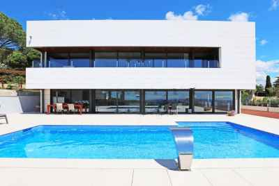 Wonderful new villa with a swimming pool and sew view 30 km from Barcelona